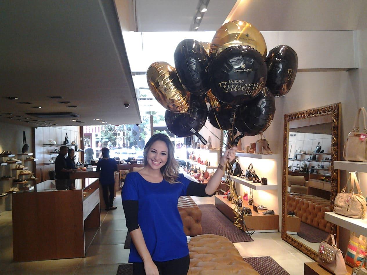 Equipe de promotores e distribuição de balões